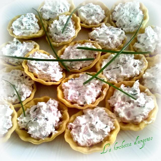 scodelline di brisè con crema formaggio e mortadella